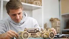 Ugears crearon primer coche de carreras de madera del mundo sin utilizar la electrónica
