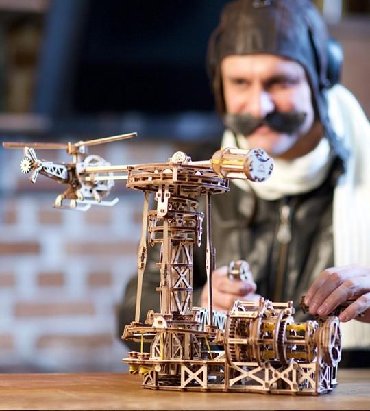 Ugears mecánico modelo kit Aviador y rompecabezas de madera 3D para auto-montaje. Modelo de vuelo con avión, helicóptero y torre de control de vuelo. Regalo original para niños y niñas y afición inteligente para adultos.