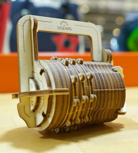 Ugears mecánico modelo kit La cerradura de combinación y caja de rompecabezas de madera 3D. Cryptex con código personal de 3 dígitos. Regalo original para niños y niñas y afición inteligente para adultos.