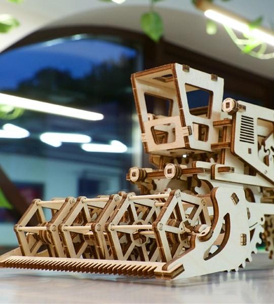 Ugears mecánico modelo kit Cosechadora y rompecabezas de madera 3D. Maquetas de construcción de maquina cosechadora de granos en funcionamiento. Regalo original para niños y niñas y afición inteligente para adultos.