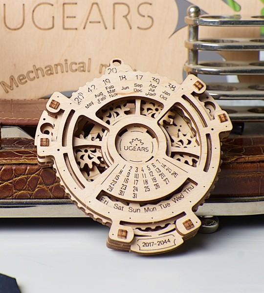 Ugears mecánico modelo kit Navegador de fechas y rompecabezas de madera 3D. Calendario para 2017-2044 años con mecanismo planetario en su interior. Regalo original para niños y niñas y afición inteligente para adultos.
