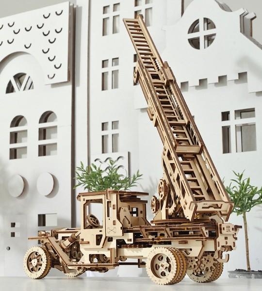 Ugears mecánico modelo kit Escala de fuego y rompecabezas de madera 3D. Escalera contra incendios retráctil de 3 secciones y grúa en una plataforma giratoria de un camión autopropulsado. Regalo original para niños y niñas y afición inteligente para adultos.