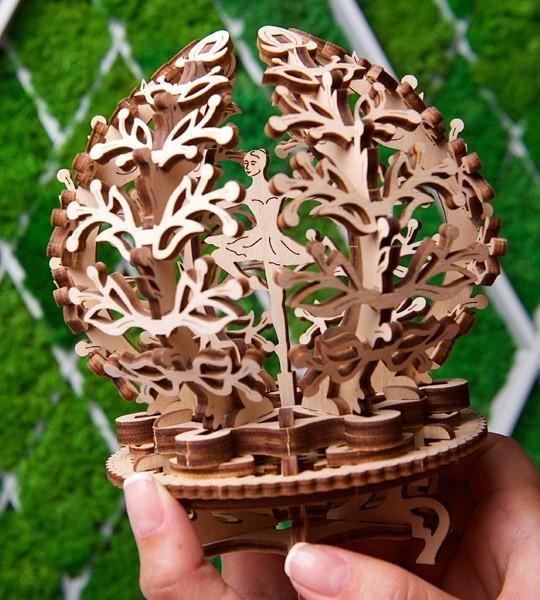 Ugears mecánico modelo kit Flor y caja de rompecabezas de madera 3D. Florecimiento estuche con la bailarina y el árbol de suerte dentro. Regalo original para niños y niñas y afición inteligente para adultos.