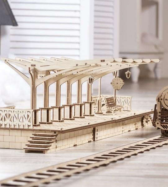 Ugears mecánico modelo kit Andén y rompecabezas de madera 3D. Montaje de kit de construcción y parte de ferrocarril. Regalo original para niños y niñas y afición inteligente para adultos.