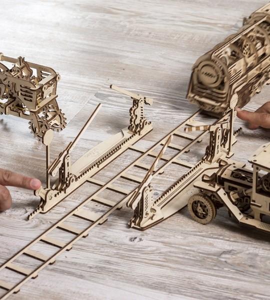 Ugears modelo de kit mecánico Conjunto de vía férrea con paso a nivel y rompecabezas de madera en 3D. 4 metros de vías con cruce completo con señales de stop y puertas y parte de ferrocarril. Regalo original para niños y niñas y afición inteligente para adultos.