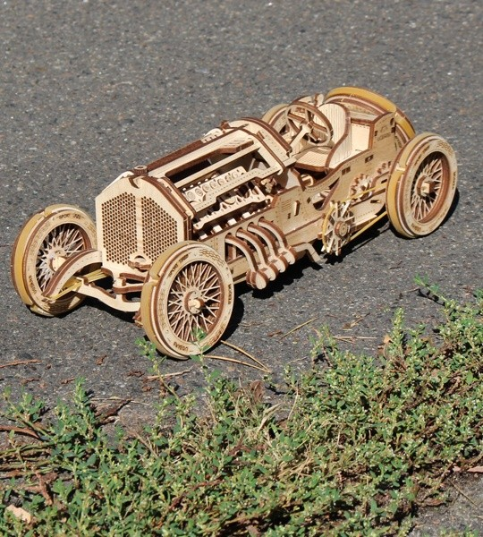 Ugears mecánico modelo kit U-9 Coche den Gran Premio y rompecabezas de madera 3D. Motor V8, auto deportivo autopropulsado para auto-ensamblaje. Regalo original para niños y niñas y afición inteligente para adultos.